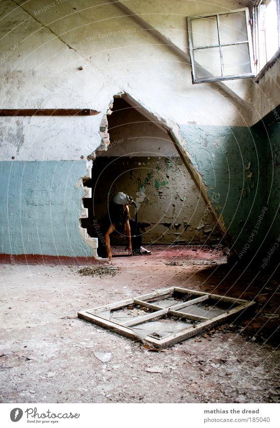 SOMMER Mensch maskulin Industrieanlage Fabrik Ruine Gebäude Mauer Wand Fenster Tür langhaarig Rastalocken hocken bedrohlich dunkel gruselig einzigartig