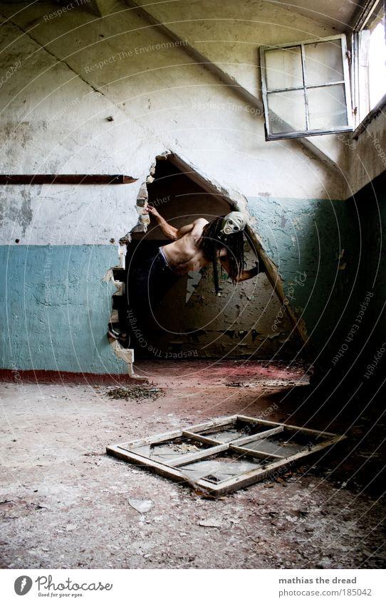 AUS Mensch maskulin Industrieanlage Fabrik Gebäude Mauer Wand Fenster hängen dreckig dunkel gruselig kalt Atemschutzmaske Krieger Schutzbekleidung Haut