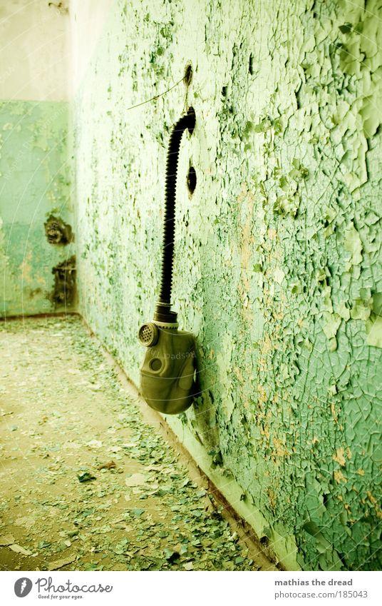 RESTE Industrieanlage Fabrik Ruine Gebäude Mauer Wand Fassade Maske hängen alt außergewöhnlich dreckig dunkel kaputt lustig grün Atemschutzmaske Schlauch Putz
