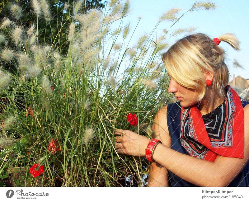 Blonde Redhead. Jugendliche grün Pflanze rot Sommer Ferien & Urlaub & Reisen Erholung feminin Frau Blüte Gras träumen Mensch Stimmung Wetter blond