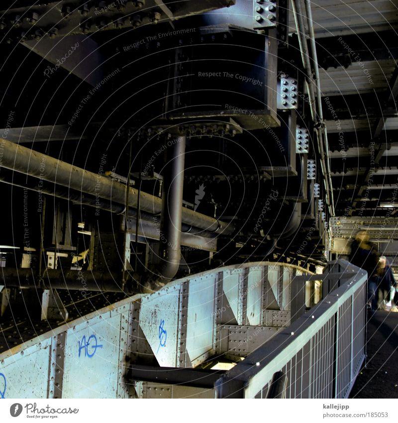 brücke Lifestyle Mensch 2 bevölkert Brücke Tunnel Bauwerk Architektur Fußgänger Kraft Eisen Stahl Stahlträger Stabilität Geländer U-Bahn Farbfoto