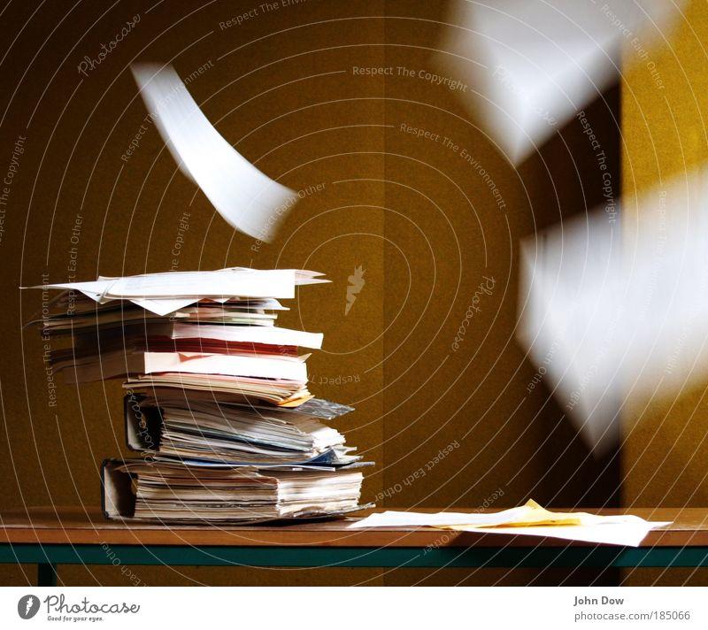 Streßbewältigung Bildung Wissenschaften lernen Studium Hausaufgabe Arbeit & Erwerbstätigkeit Büroarbeit Arbeitsplatz Papier Zettel Aktenordner fliegen Unlust
