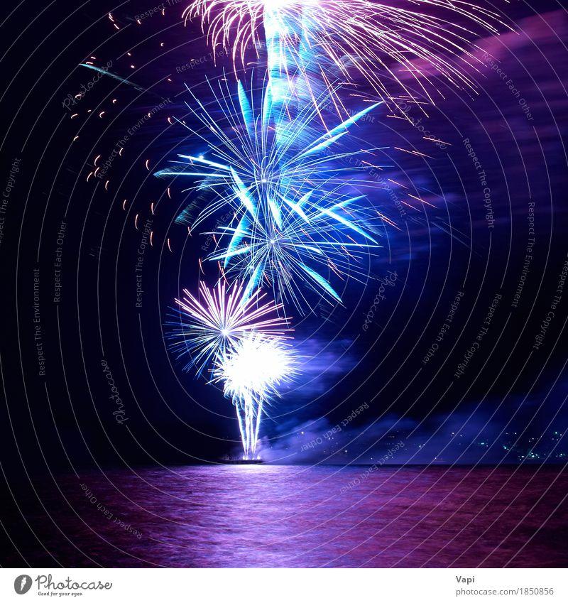 Blaues und rotes buntes Feiertagsfeuerwerk Himmel blau Weihnachten & Advent Farbe Wasser weiß Freude dunkel schwarz gelb Feste & Feiern Party See rosa hell