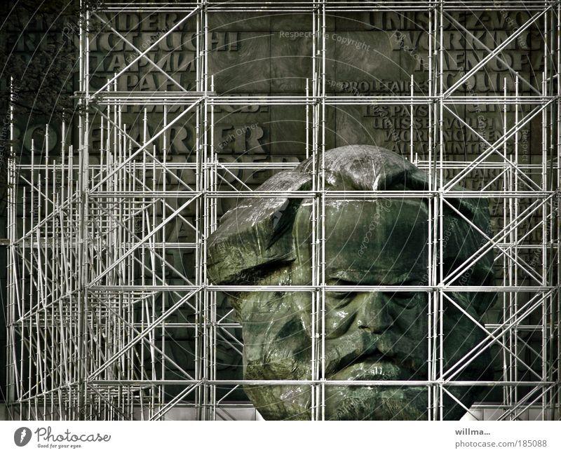 Denkmal von Karl Marx im Gerüst - die Gedanken sind frei Monument Freiheit Verbot abreißen Einengung monumental Nischel Kopf Proletarier aller Länder gefangen