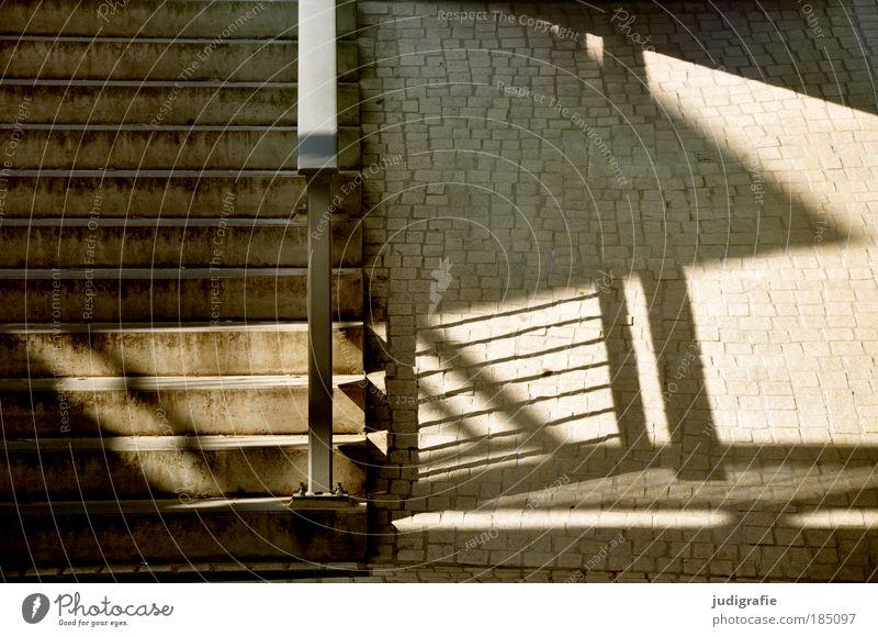 Treppe Stadt Bauwerk Treppengeländer Pflastersteine oben abwärts Strukturen & Formen Ecke Linie Beton Stein Farbfoto Außenaufnahme Tag Licht Schatten