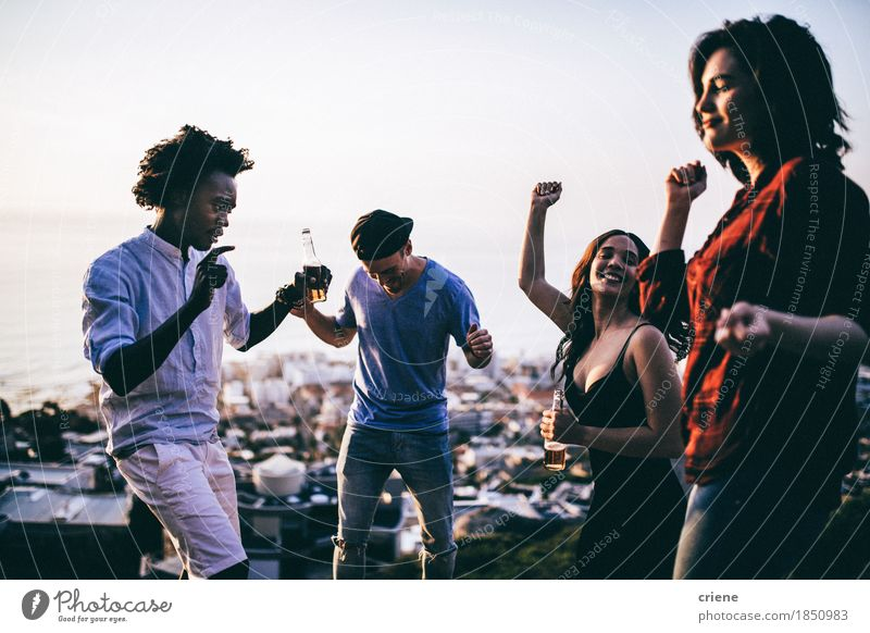 Junge erwachsene Gruppe Freunde, die an festiva im Freien feiern Mensch Jugendliche Freude schwarz lachen Feste & Feiern Party Menschengruppe Zusammensein