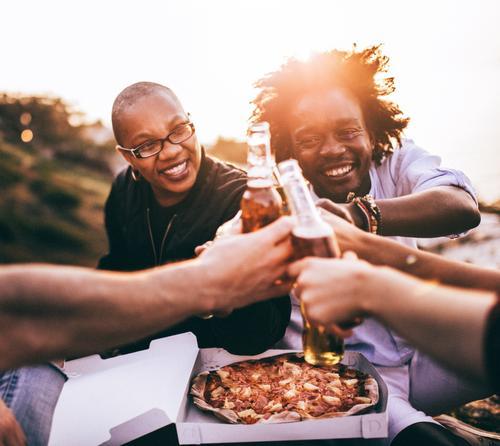 Multi-ethnische Gruppe Freunde, die Getränke und Pizza genießen Mensch Jugendliche Sommer Junge Frau Sonne Junger Mann Erholung Freude 18-30 Jahre Erwachsene