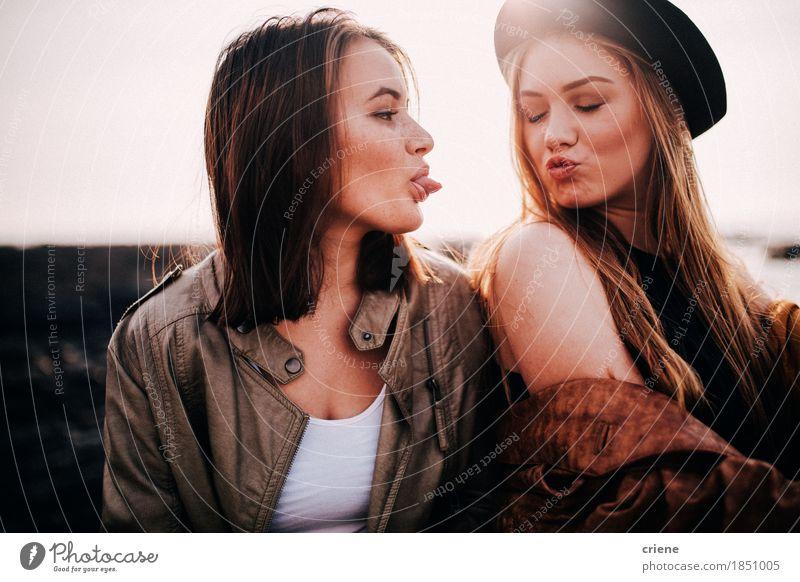 Zwei Jugendlichen, die Spaß auf dem Strand zieht Gesichter haben Lifestyle Freude Freizeit & Hobby Mensch Junge Frau Erwachsene Schwester Freundschaft