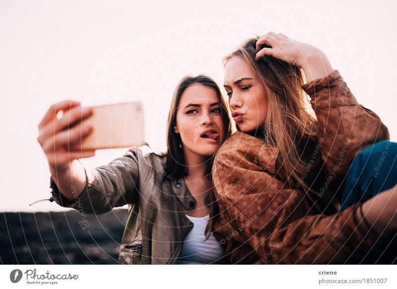 Jugendlich Mädchen, die selfie mit Smartphone nehmen Ferien & Urlaub & Reisen Jugendliche Junge Frau Freude lustig lachen Paar Zusammensein Freundschaft blond