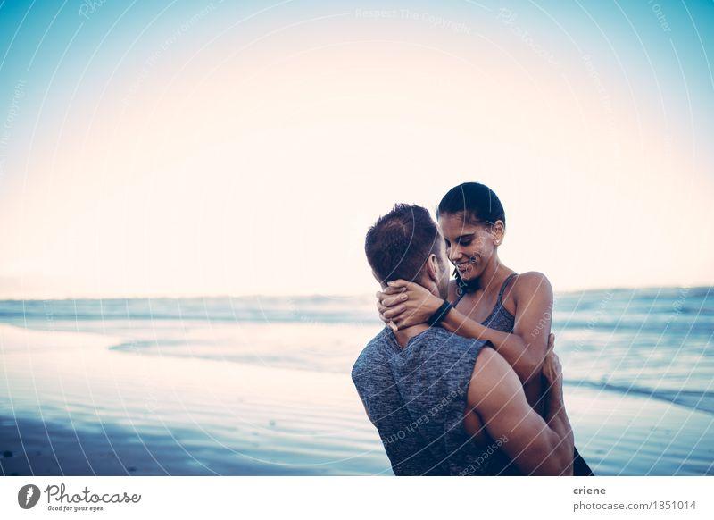 Geeignete Paare, die auf Strand nach hartem Training umarmen Jugendliche Meer Freude Erwachsene Liebe Sport Sand Zusammensein Kraft Lächeln Fitness Romantik