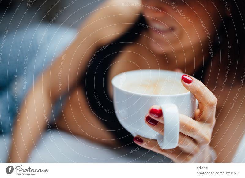 Nahaufnahme von den Frauen, die frischen Tasse Kaffee im Bett am Morgen halten Getränk Tee Lifestyle Freude Erholung Häusliches Leben Schlafzimmer Mensch
