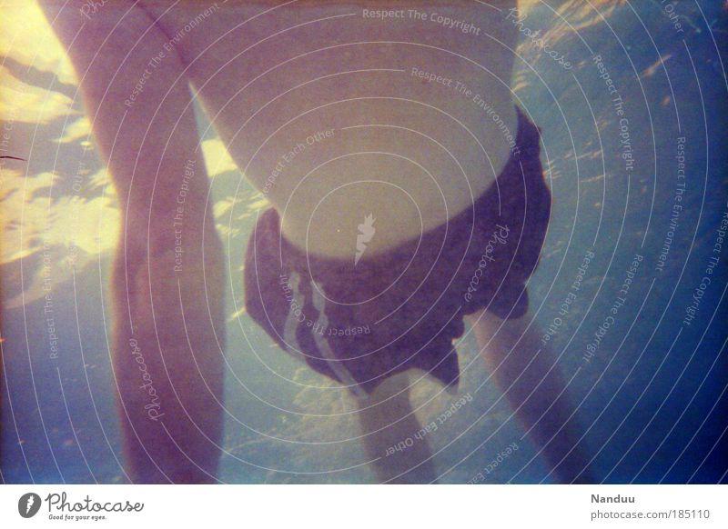 Meergeheuer Mensch maskulin Körper Torso 1 18-30 Jahre Jugendliche Erwachsene seltsam Bildrauschen analog trashig Wasseroberfläche Schnorcheln Badehose staubig