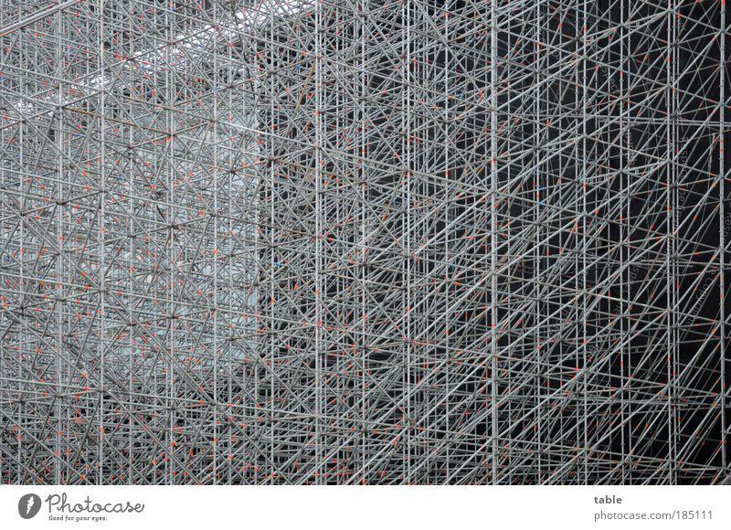 Rüstzeit dunkel grau Metall Baustelle Kunststoff Stahl Zusammenhalt durcheinander Konstruktion Sehenswürdigkeit eckig Abdeckung Gerüst Gier Traumhaus Übermut