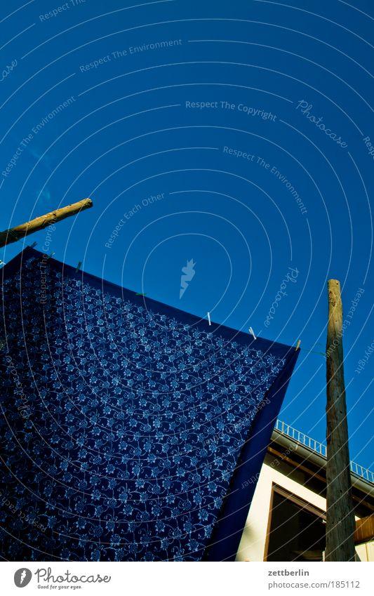 Tuch in Ruhe Stoff Gardine Wäsche große wäsche Haushalt Wäscheleine Wäscheklammern Klammer Wäschetrockner hängen aufhängen trocken nass blau blau machen