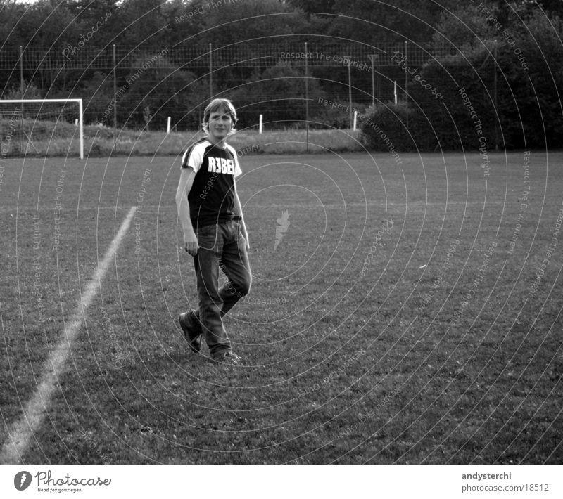 REBEL Mann Wiese blond Schilder & Markierungen Coolness T-Shirt stehen Tor Fußballplatz