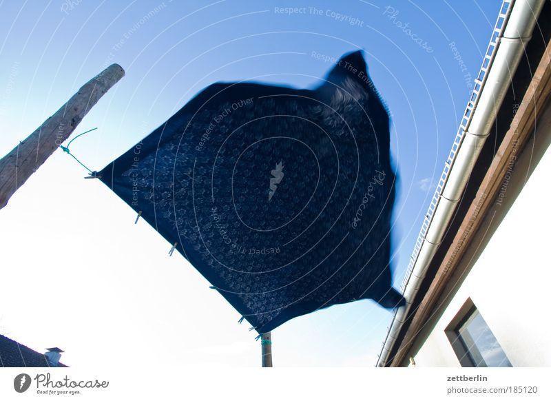 Tuch in Bewegung Himmel blau Wind nass Stoff Fahne trocken Sturm Leidenschaft hängen Wäsche Gardine wehen Haushalt Tuch