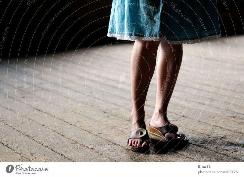 Blauröckchen Frau blau ruhig Erwachsene feminin Beine Fuß Schuhe natürlich warten authentisch stehen Bodenbelag Hoffnung Idee dünn