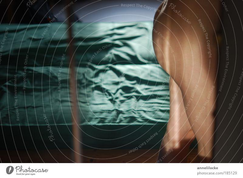 morgens Bett Spiegel Schlafzimmer Mensch feminin Frau Erwachsene Jugendliche Haut Gesäß Beine 1 stehen ästhetisch Erotik nackt dünn Romantik geheimnisvoll Lust