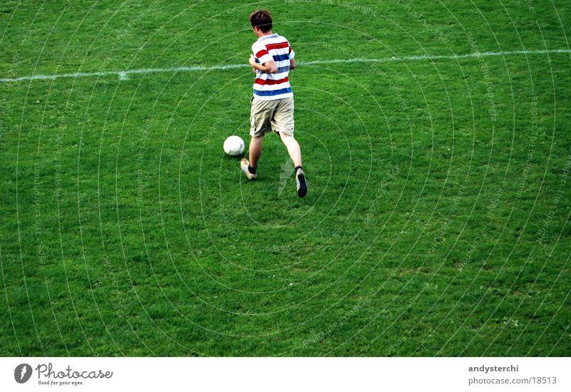 Rennen inkl. Ball Mensch Mann grün Sport Wiese Fußball laufen rennen