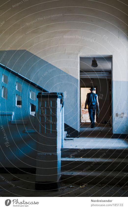 Ich finde dich Mensch Mann Erwachsene Wand Architektur Mauer laufen Innenarchitektur maskulin Treppe Erfolg Lifestyle beobachten Fabrik Neugier geheimnisvoll