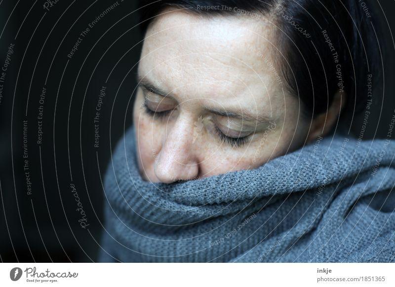 *gähn* Lifestyle Freizeit & Hobby Frau Erwachsene Leben Gesicht 1 Mensch 30-45 Jahre Schal Strickmuster schlafen träumen Traurigkeit kalt kuschlig Krankheit