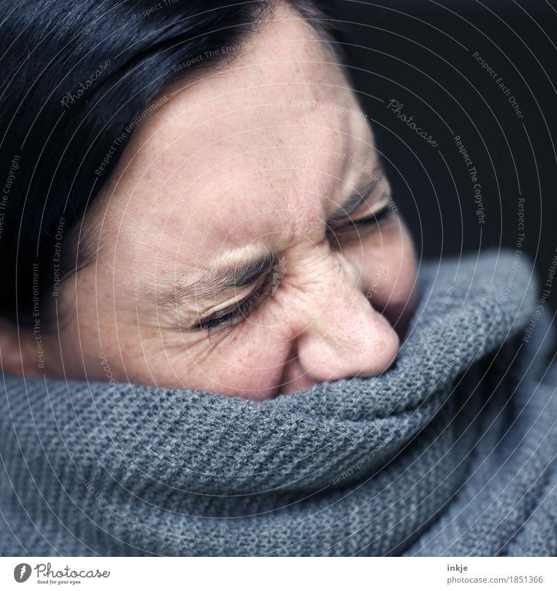 ......tschi! Gesundheit Krankheit Allergie Frau Erwachsene Leben Gesicht 1 Mensch 30-45 Jahre 45-60 Jahre Winter Schal Strickmuster Wärme weich Scham Reue Ekel