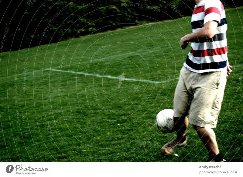 Saftiges Grün Spielen Wiese Mann Platz jonglieren kopflos Hose Sport Fußball soccer Mensch menschm gestreift Schilder & Markierungen T-Shirt Ball