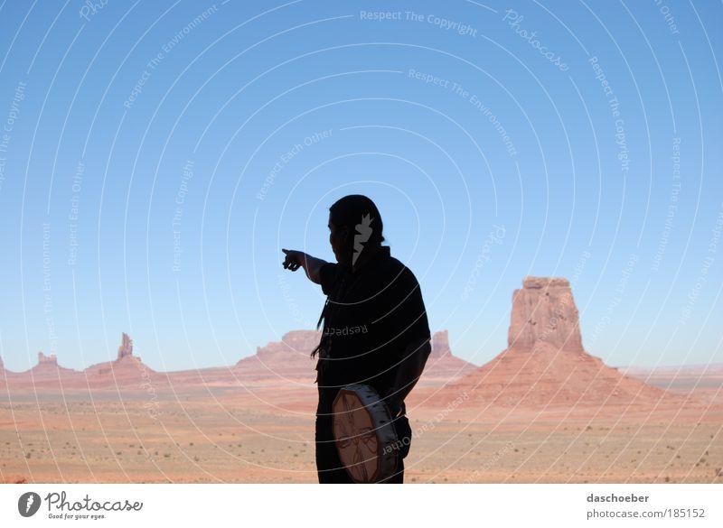 Unser Land Mensch maskulin 1 Landschaft Erde Herbst Schönes Wetter Dürre Felsen Schlucht Wüste Monument Valley rot ästhetisch Nostalgie Farbfoto Außenaufnahme