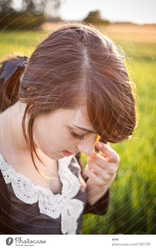 wenn die sonne kitzelt Mensch Hand Jugendliche schön grün Gesicht Einsamkeit Frau Erholung feminin Gefühle Stil Haare & Frisuren Kopf Zufriedenheit