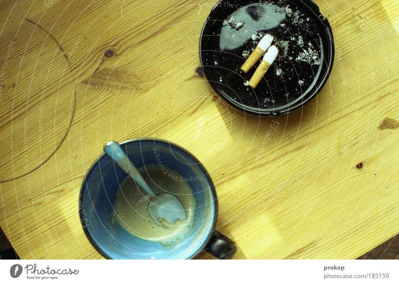 All empty. All gone. Getränk Kaffee Lifestyle Rauchen Tisch bescheiden zurückhalten Unlust Einsamkeit egoistisch Genusssucht Hemmungslosigkeit Idylle