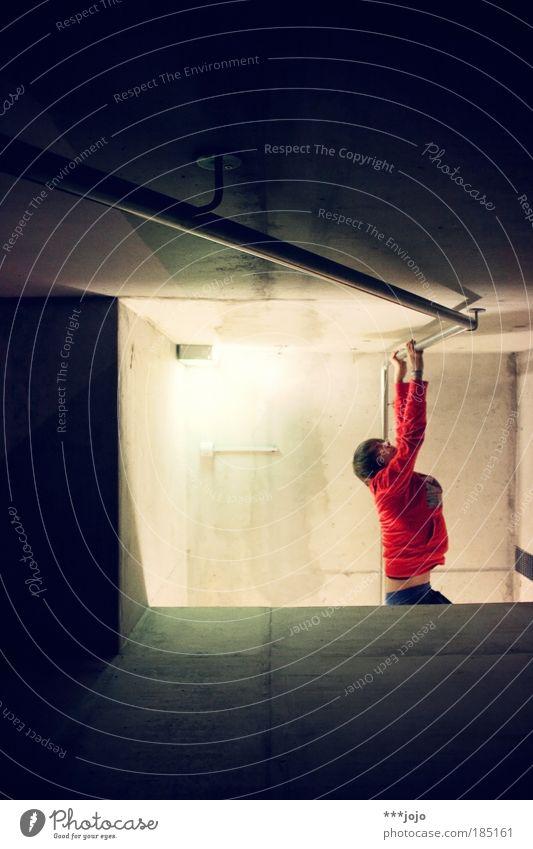 cliffhanger. Mensch Jugendliche rot Erwachsene Beton maskulin Aktion 18-30 Jahre Körperhaltung festhalten Filmindustrie Geländer Junger Mann Treppengeländer hängen Held
