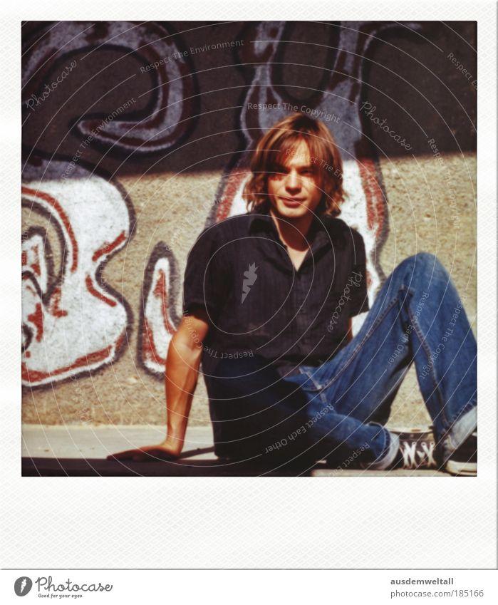 Sit And Wait For Better Times Mensch Mann blau rot ruhig schwarz Erwachsene Haus Gesicht Herbst Wand Graffiti Haare & Frisuren braun sitzen Haut