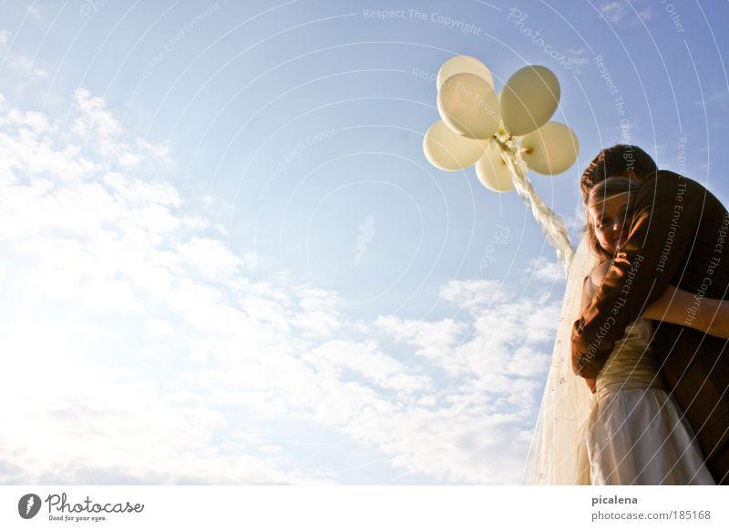 auf Wolke 7 Paar 2 Mensch 18-30 Jahre Jugendliche Erwachsene Himmel Schönes Wetter Brautschleier Luftballon Umarmen frisch Glück positiv Gefühle Sicherheit