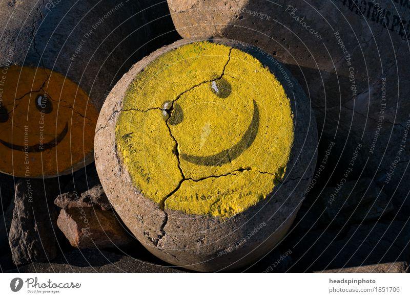 Gelber Smiley auf einem Wasserbrecher in Aveiro, Portugal Ferien & Urlaub & Reisen Meer Freude Strand gelb Gefühle Graffiti lachen Stein Tourismus Wellen
