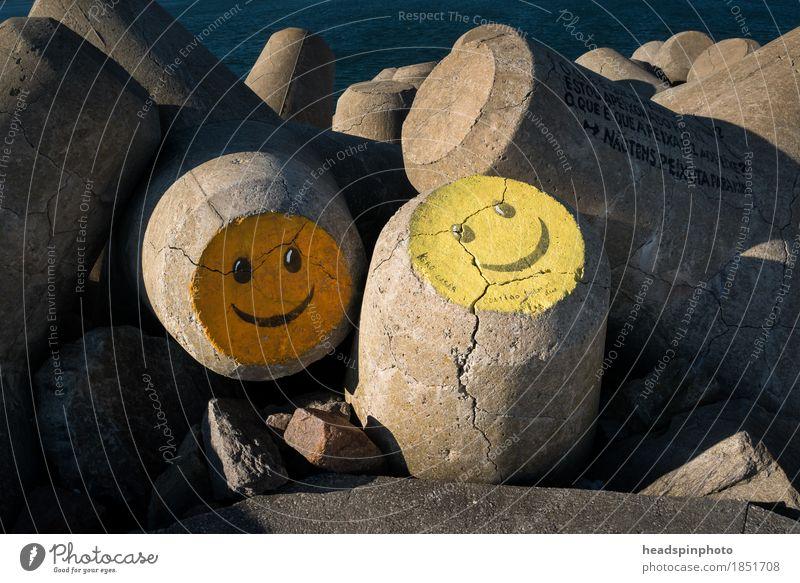 Zwei Smileys auf Beton in Aveiro, Portugal Strand Menschenleer Bauwerk Zeichen positiv Gefühle Freude Glück Fröhlichkeit Zufriedenheit Frühlingsgefühle