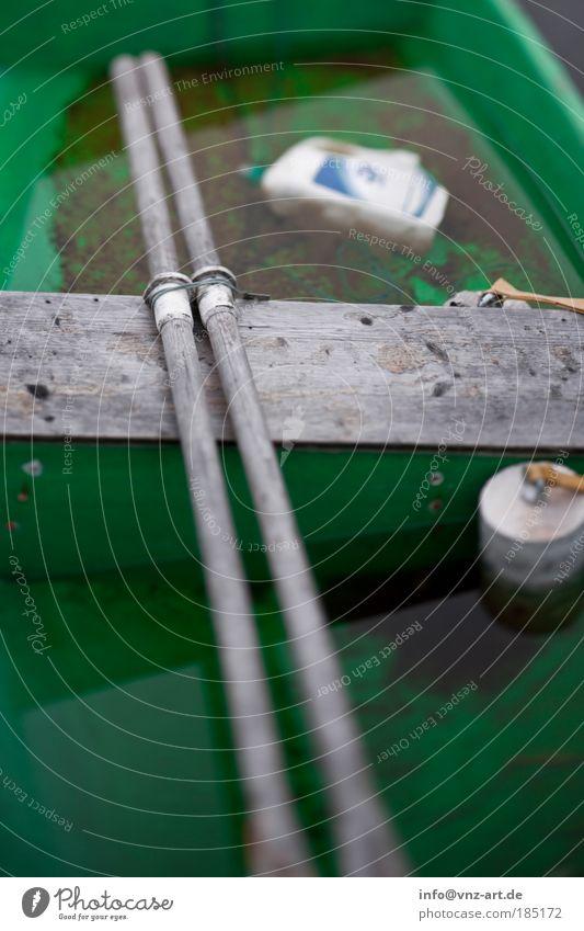 BootGrün Wasser grün dunkel Wasserfahrzeug See nass trist Angeln Ruderboot Paddel Fischerboot