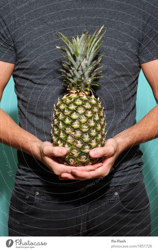 Ananas halten I Lebensmittel Frucht Ernährung Stil Design exotisch Gesundheit Wellness Industrie Handel Werbebranche Unternehmen maskulin Junger Mann