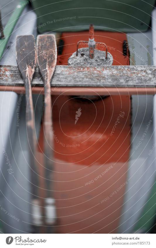 OrangeBoot Wasser grün dunkel Wasserfahrzeug See orange nass trist Angeln Ruderboot Paddel Fischerboot