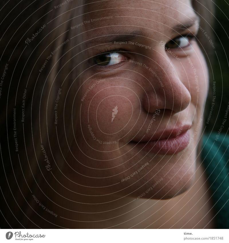 Maria feminin 1 Mensch Stoff Schal brünett langhaarig beobachten Denken Lächeln Blick warten positiv schön Lebensfreude selbstbewußt Vertrauen Romantik