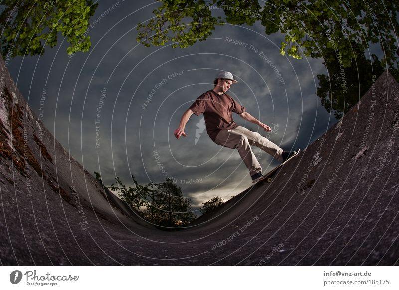 Skateramp Skateboarding Himmel Sport Aktion bedrohlich Fischauge Miniramp Licht Schatten Wolken Nervosität