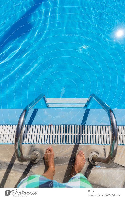 is bestimmt nass Schwimmbad Schwimmen & Baden Ferien & Urlaub & Reisen Mensch maskulin Mann Erwachsene Beine Fuß 1 Badehose stehen warten türkis Beginn Neugier