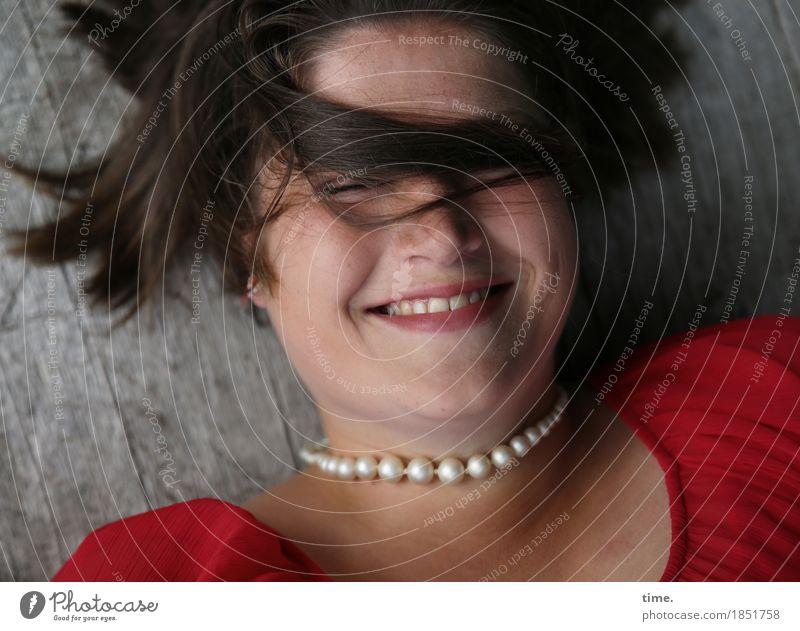 Maria feminin 1 Mensch Kleid Schmuck Halskette brünett langhaarig Holz Erholung Lächeln lachen liegen listig lustig schön wild weich Fröhlichkeit Lebensfreude