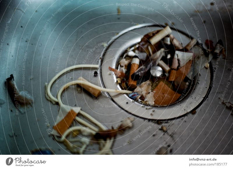 FlippenParty Lifestyle Nachtleben Feste & Feiern dreckig hässlich schleimig Zigarette Rauchen Müll Küchenspüle Farbfoto Innenaufnahme Detailaufnahme