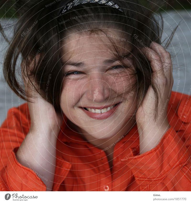 Maria feminin 1 Mensch Hemd Schmuck Haarspange brünett langhaarig Erholung festhalten lachen Blick leuchten frech Glück listig lustig positiv schön Lebensfreude