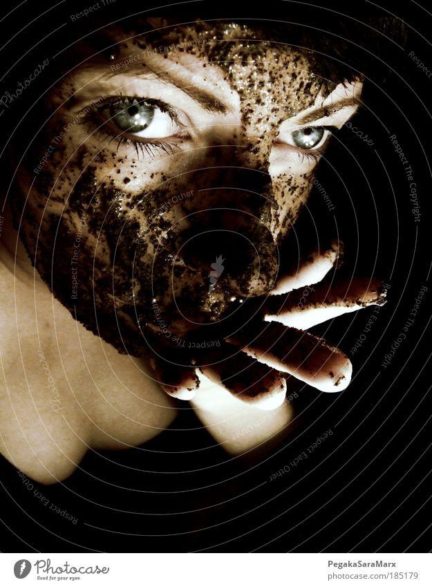 kaffee mal anders schön Gesicht Kosmetik feminin Haut Kopf Auge Hand Finger 1 Mensch 18-30 Jahre Jugendliche Erwachsene Kunst schwarzhaarig ästhetisch dunkel