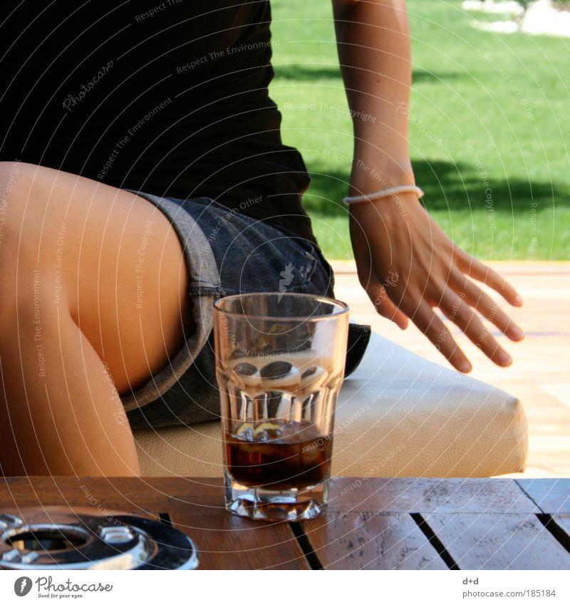 \_/ Frau Hand Jugendliche Sonne Sommer Ferien & Urlaub & Reisen schwarz kalt Wärme Beine Haut Erwachsene Arme Glas frisch Getränk