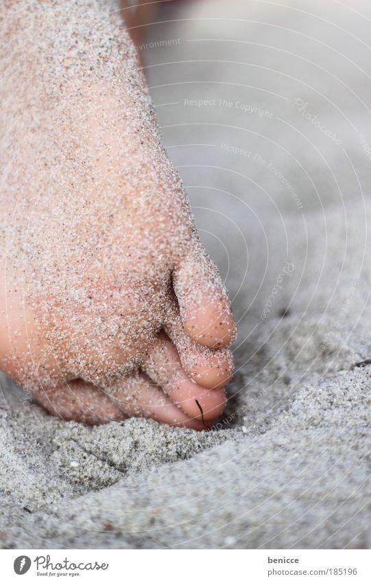 Gestrandet Fuß Sand Strand Ferien & Urlaub & Reisen Sandstrand Erholung Mensch Detailaufnahme Nahaufnahme Zehen Schuhsohle Fußsohle liegen Reisefotografie