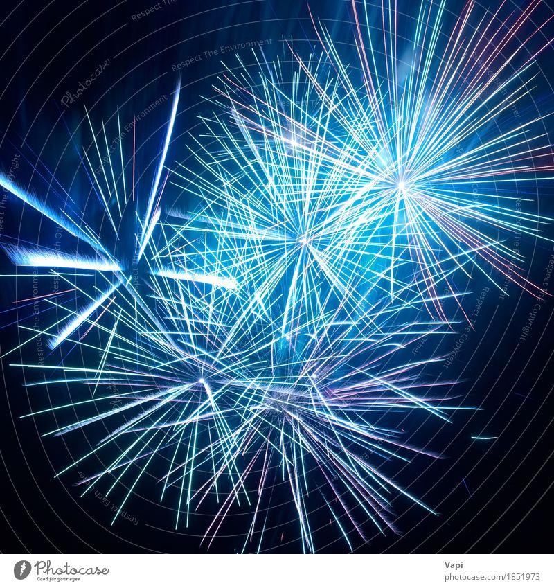 Blaue bunte Feuerwerke auf dem schwarzen Himmel blau Weihnachten & Advent Farbe weiß Freude dunkel Kunst Feste & Feiern Party Design rosa hell