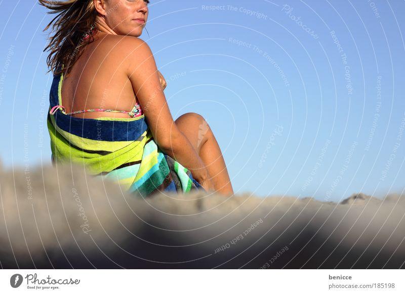 strandgefühle Frau Mensch Jugendliche schön Ferien & Urlaub & Reisen Sommer Strand Freude Erholung Haare & Frisuren Sand lachen braun Wind Rücken sitzen