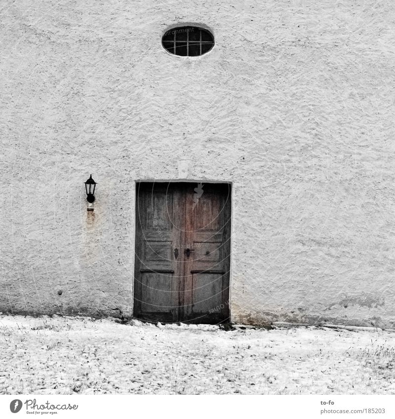 Kirchtür alt weiß Fenster Wand Schnee grau Tür Kirche Dorf